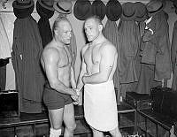 Brottare Erik Andersson, till vänster, gratulerar Axel Cadier i omklädningsrummet efter vinsten i brottningsmatchen mot Nils Åkerlindh.