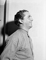 Porträtt av skådespelare Stig Järrel i profil.