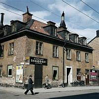 fasaden till hörnethuset Timmermansgatan 36 - Maria Prästgårdsgata 30 med skylt