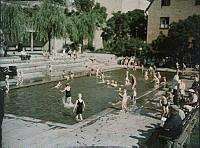 Björns Trädgård. I början av 1930-talet tillkom den här plaskdammen och terrassanläggningarna mot kvarteret Pelarbacken till vänster.
