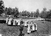 En grupp barn leker  i Tantolunden.