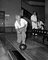 Per Albin Hansson. En koncentrerad Per Albin Hansson kastar klot på bowlingbana.