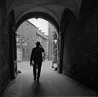 En man går genom valvet från Ebba Brahes Palats ut mot Götgatan.