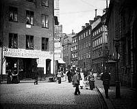 Österlånggatan norrut från Järntorget. T.h. vakt utanför Gamla Riksbanken.