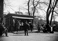 Folkliv vid en vattenbutik i Humlegården under 1890-talet.