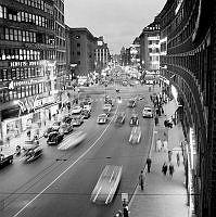 Kungsgatan mot Sveavägen och Hötorget under kvällstid.