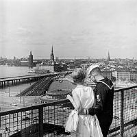 Utsikt från Katarinahissen mot Slussen, Riddarholmen och Gamla Stan. I förgrunden vid staketet en flottist med flickvän.