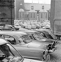 Parkerade bilar vid Birger Jarls Torg. I bakgrunden Riddarholmskyrkan.