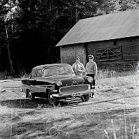 Mor (Maud Lindgren) och dotter (Ingvor Lindgren) vid familjens Opel Rekord.