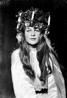 Solveig Hedengran. Porträtt av skådespelerskan Solveig Hedengran, klädd som Lucia.