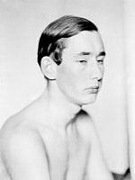 Porträtt av Holger Löwenadler, skådespelare, med bar överkropp.