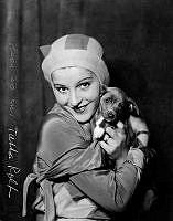 Tutta Rolf. Porträtt av skådespelerskan Tutta Rolf, tillsammans med en hund.