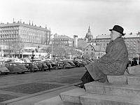 Medborgarplatsen. Borgarrådet Harry Sandberg tittar ut över torget från Medborgarhusets trappa.