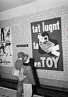 Kungsgatan/Hötorgets tunnelbanestation. Reklamaffischer för tuggummi och för strumpor vid perrongen. (Tunnelbanestationen hette Kungsgatan 1952-1957).