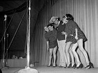 Povel Ramel med fyra kvinnor på scenen.