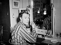 Skådespelaren Olof Widgren vid sitt sminkbord på Dramaten.