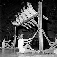 Hantverkargatan 1, Blå hallen. Kvinnliga studenttruppen i gymnastik.