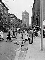 Gångtrafikanter korsar Kungsgatan vid Hötorget, vy mot Kungsgatan österut.