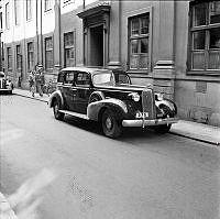 Karduansmakargatan. Bil parkerad på gatan. En Cadillac 4-door Saloon årsmodell 1936.