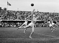 Råsundastadion. Det svenska VM-laget i gymnastik uppträder i samband med fotbollslandskampen mellan Sverige och Danmark som ingick i Nordiska mästerskapen 1950.