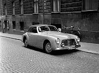 Bil parkerad på gatan, en SIMCA 8 Sport 1949-års modell med kaross Battista Pinin Farina.