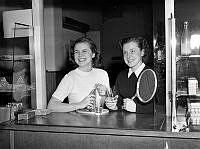 Skvadronstigen 3, Badmintonhallen. Två kvinnor handlar i kiosken.