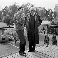 Ingmar Bergman. Filmstaden Råsunda. Ingmar Bergman i samtal med Victor Sjöström, vid filminspelningen av