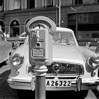 Brunkebergstorg. Gatukontoret byter ut parkeringsautomaterna, från två timmarsautomater till entimmesautomater, i ett försök att få kortare parkeringstider i city.