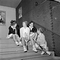 Gustavslundsvägen 159, Alvikshallen. Skolungdomar tävlar i tennis. Fyra okända flickor i samtal.