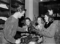 Grev Turegatan 1. Boxaren Olle Tandberg säljer boxningshandskar i sin affär.