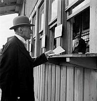 Ulriksdals kapplöpningsbana. Monsieur Frederique Hedlund satsar pengar inför ett lopp.