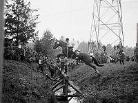 Järvafältet. Olympisk ryttartävling. Fälttävlingen uthållighetsprov hade en hög svårighetsgrad, ett skyfall gjorde banan svårbemästrad. August Lütke-Westhues hoppar över hinder 22 på Trux von Kamax.